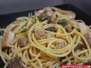 Spaghetti Pasta with Shrimp and Mushroom Sauce - By happystove.com